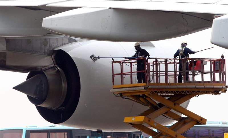 資料畫面,韓航工作人員進行客機的清洗工作。(東方IC)
