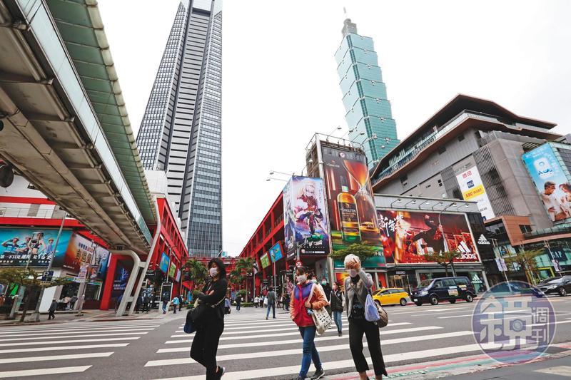 民眾現在大多無心出門消費,就連台北信義區人潮也不如以往。