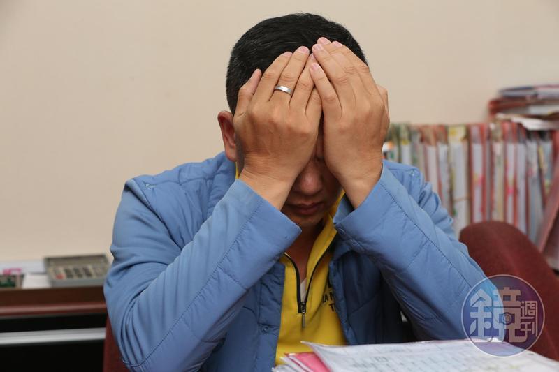 回想起在病院內的點點滴滴,鍾俊榮忍不住掩面哭泣,直呼根本沒有人權與尊嚴可言。