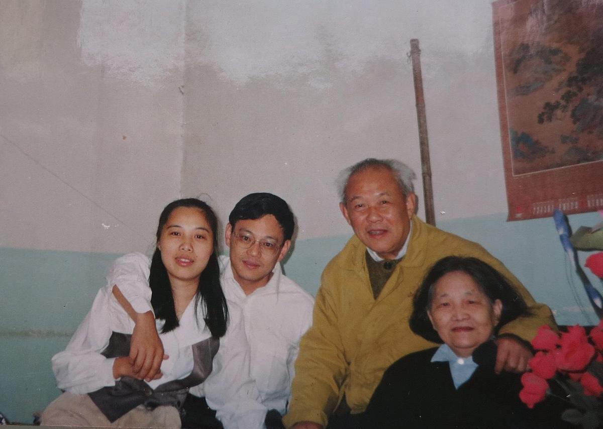 艾曉明(左)與弟弟(左2)、父親(右2)、母親(右)的合照。(艾曉明提供)