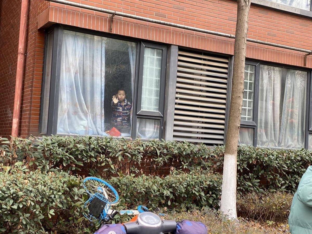 武漢封城,每戶人家都被限制出入,艾曉明拍下隔離中的人們。(艾曉明提供)