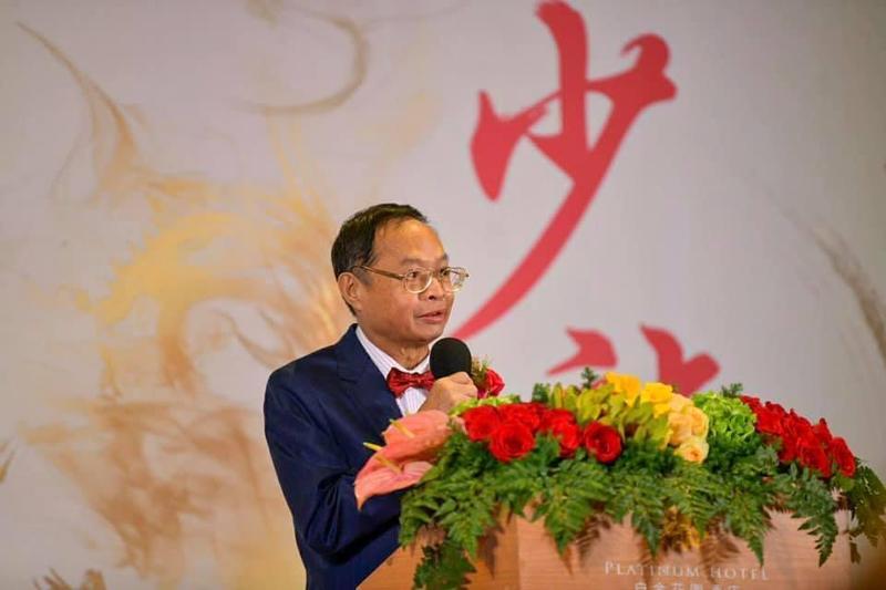 武漢肺炎疫情嚴重,中華中正黨榮譽主席少龍(圖)宣稱台灣人會因肺炎或流感而死一半人口。對此律師提醒,惡意散播疫情之不實訊息,恐面臨300萬元罰金。(翻攝自仙華唱片少龍粉絲團)