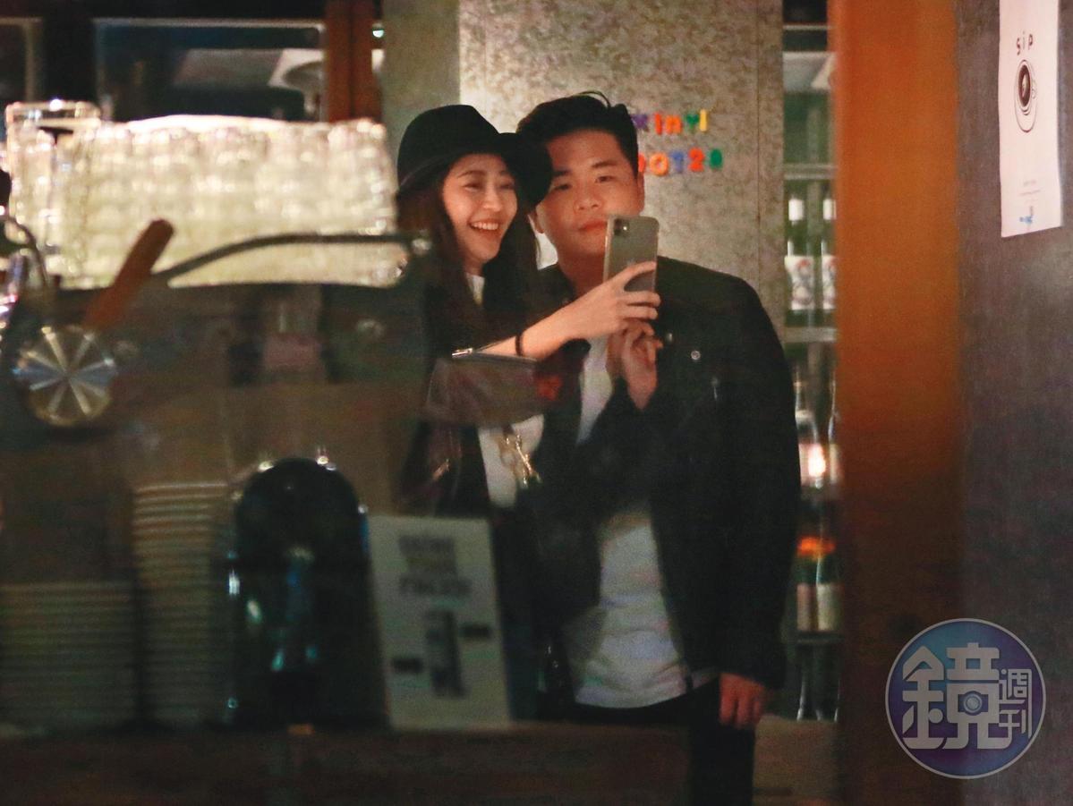 2/12 22:30,兩人吃飽喝足後走出餐廳,陳育涵滿臉甜蜜笑容在門口和皮衣男玩自拍。