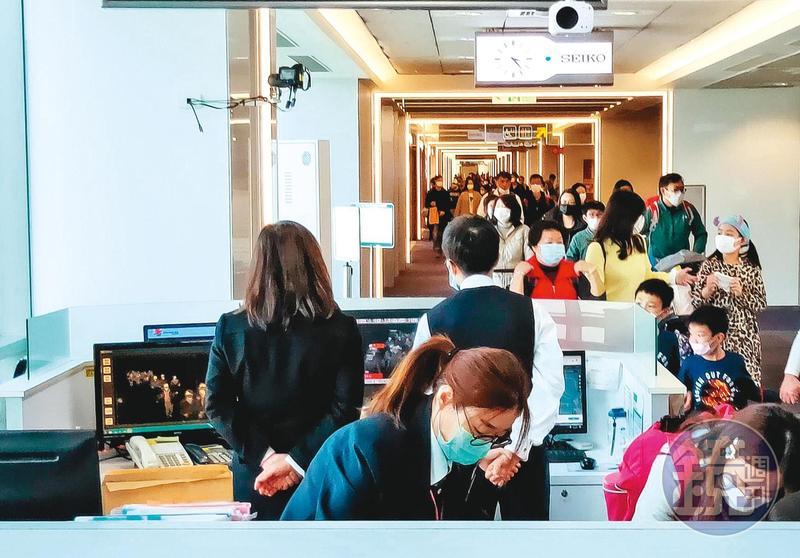 武漢肺炎蔓延,台灣首現疑似社區感染的死亡個案,讓著重在邊境管理的防疫政策,面臨重新調整。