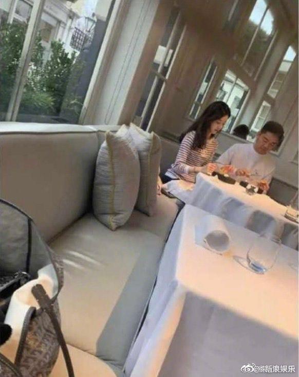 網友在英國倫敦餐廳巧遇章澤天、劉強東夫婦,相當興奮。(翻攝自新浪娛樂微博)