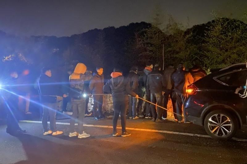 檢警在林男帶領下,到山區尋找林女屍體。(翻攝畫面)