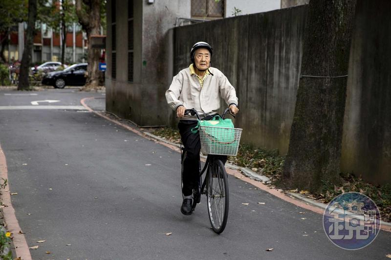 張則周出入多以腳踏車代步,經常叮嚀學生記得要戴安全帽。