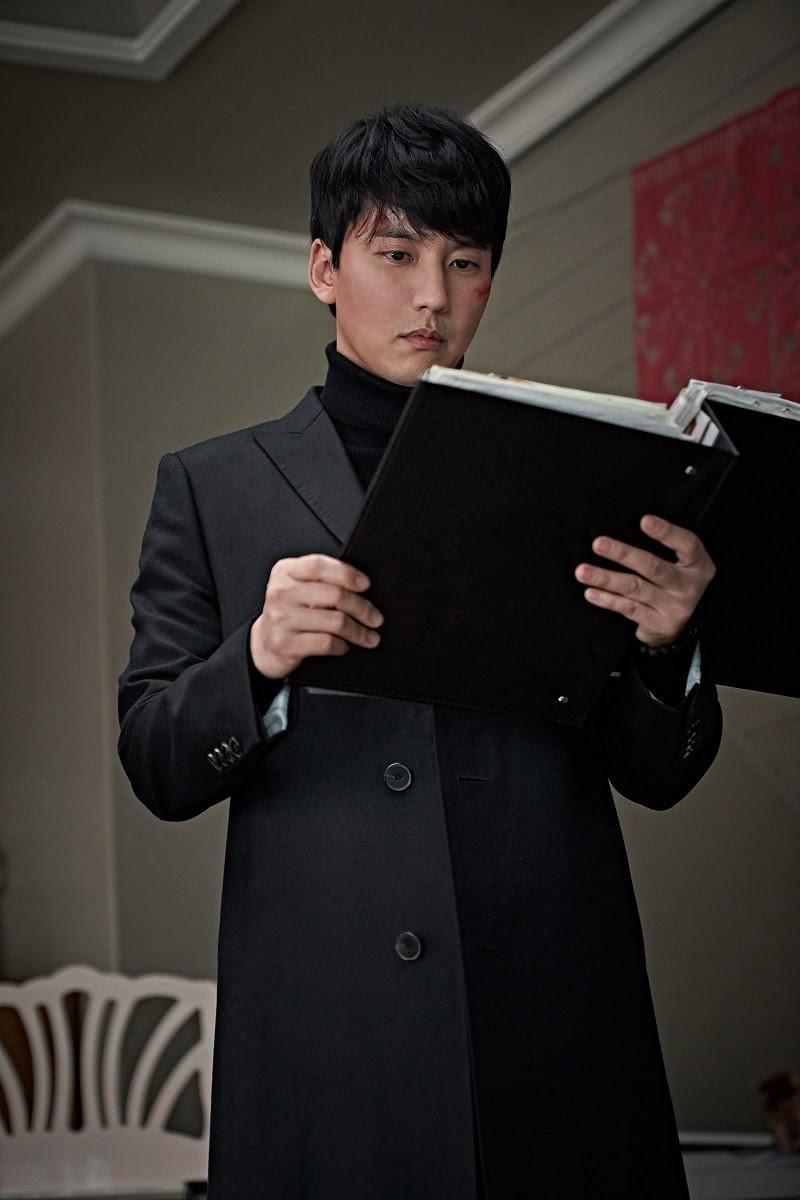 金南佶在《陰櫥》飾演神祕男子,聲稱知道關於神祕壁櫥的祕密。(車庫娛樂提供)