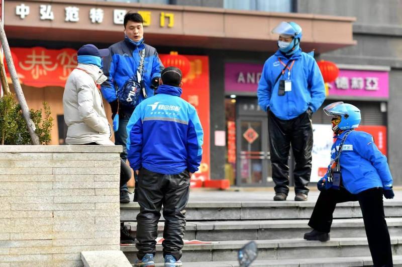 中國最大餐飲外送平台「美團點評」的100萬家餐廳中,2月初依舊有83%大門緊閉。圖為洛陽等待接單的外送員。(東方IC)