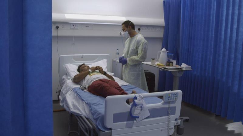 《流感追緝令》受試者參與實驗,由醫師記錄感染流感與注射疫苗前後的反應。(公視提供)