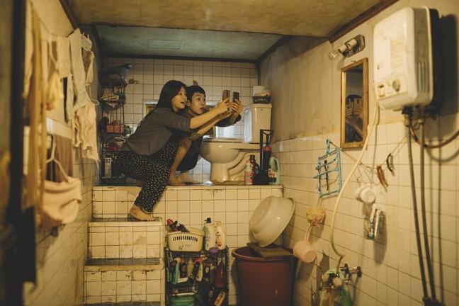電影《寄生上流》中主角家的馬桶,之所以設置在高於地板一公尺以上的地方,是為了防止排水逆流,這也反映了半地下公寓比下水道地勢還低的特徵。(CatchPlay提供)