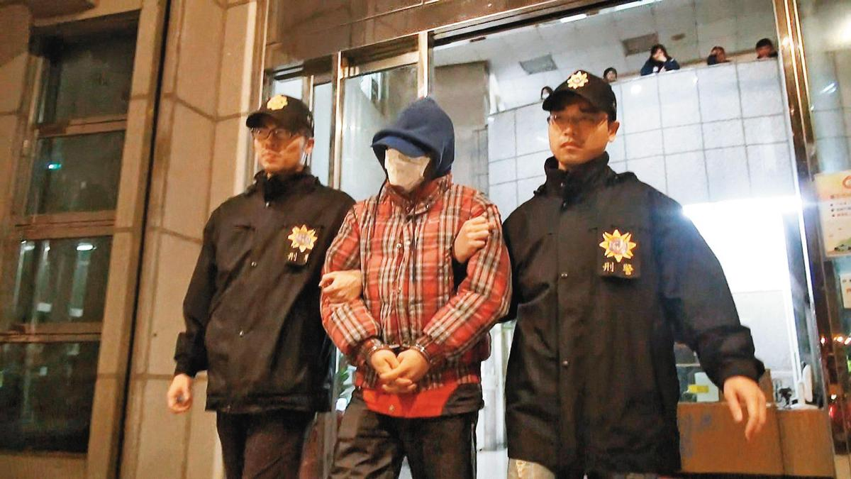 警方在命案發生19年後,將饒姓男子(中)逮捕到案。(東森新聞提供)