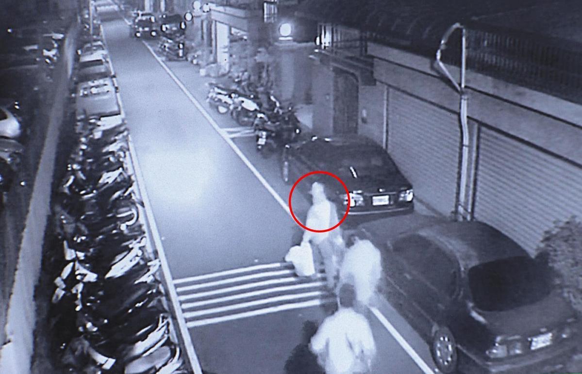 警方逮捕饒姓凶手的過程,被路旁監視器全程拍下。當時饒的女友及小孩正好在其身旁。(翻攝畫面)
