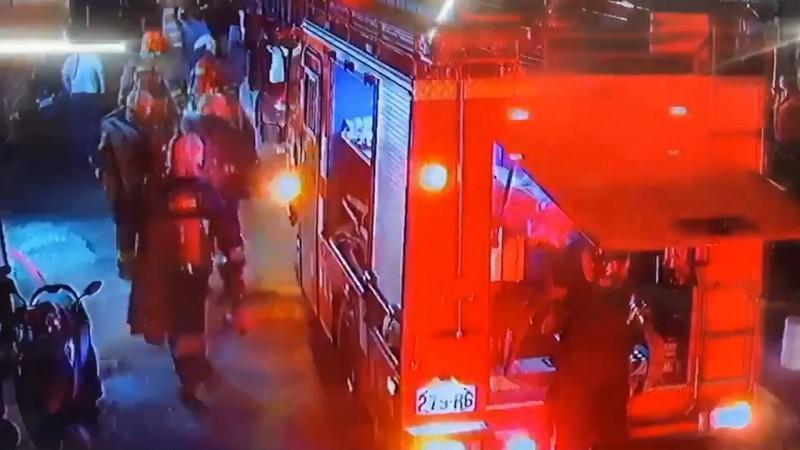 消防人員趕抵連城路準備救火。(翻攝畫面)
