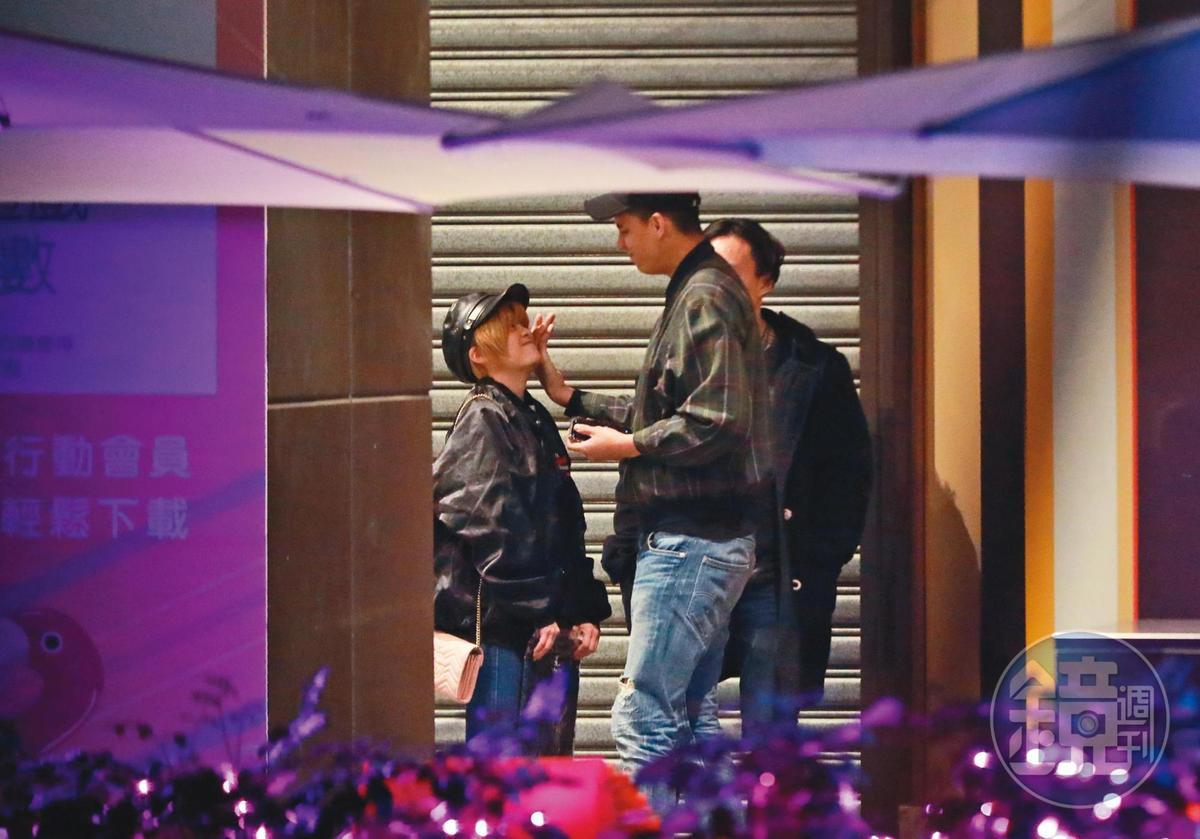 2/17 02:08 結束聚會之後,米砂男友親暱地摸著她的臉。