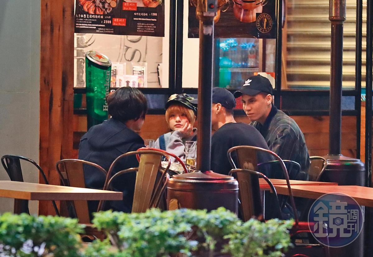 2/17  00:48 米砂(左二)和友人聚會,男友(右一)坐旁邊陪聊。