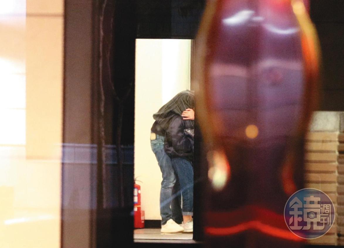 2/17 02:22 回到家後,米砂男友趁等電梯時將下體緊貼米砂臀部。