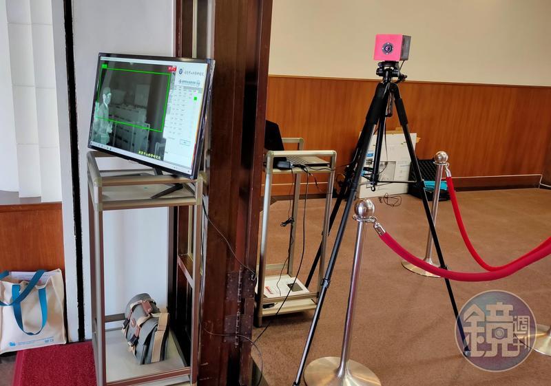 立法院大門口設置的熱顯像儀。