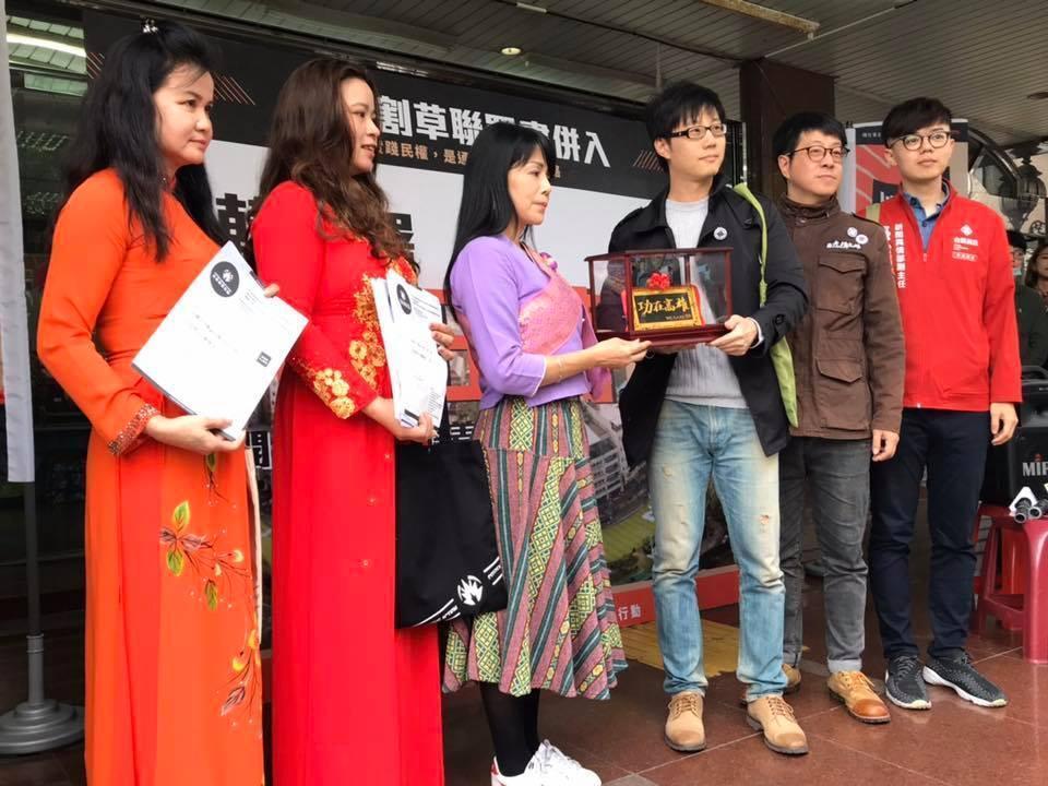 罷韓團體舉辦記者會,宣布二階連署突破51萬份。(翻攝自 Wecare高雄 臉書)