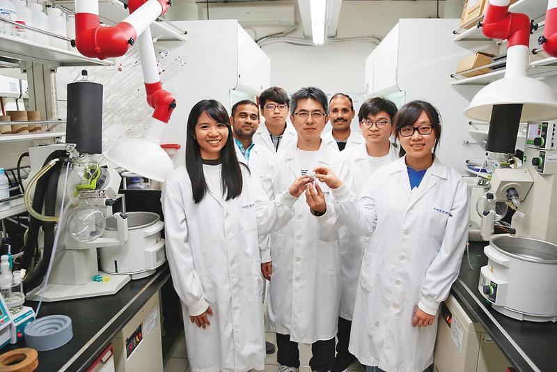 中研院化學所副研究員陳榮傑率領的7人團隊,短短2週合成可能有效治療武漢肺炎的「瑞德西韋」,藥物純度高達97%。(中研院提供)