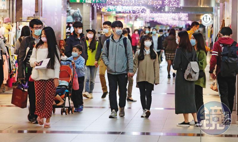 台灣疫情雖控制在有限度傳染,台北地下街逛街的民眾仍戴起口罩防護,如何防堵大規模社區感染成為現階段要務。