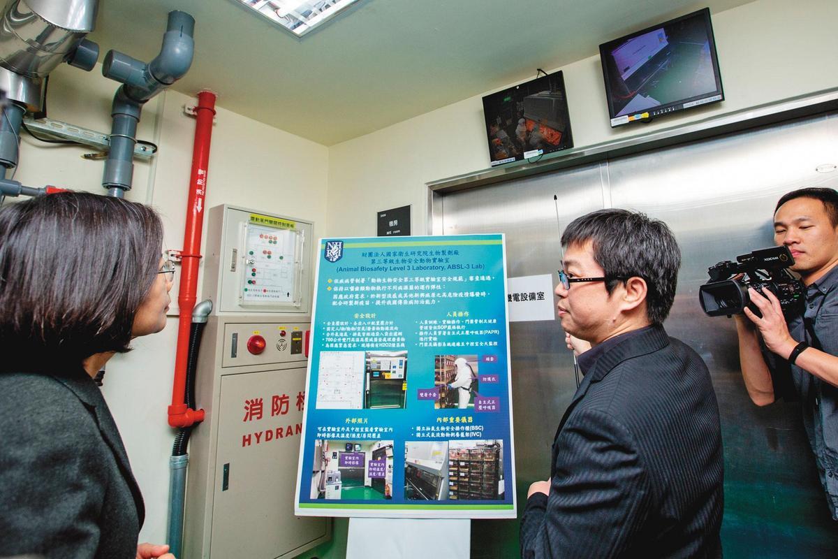 總統蔡英文(圖左)視察國衛院表示,這裡的生物製劑廠符合PIC/S GMP規範,將是台灣防疫最堅強的後勤團隊。(總統府提供)