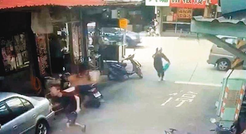 明仁會槍手(右)在新北市泰山開槍追擊被害人,子彈貫穿對方下體。(翻攝畫面)