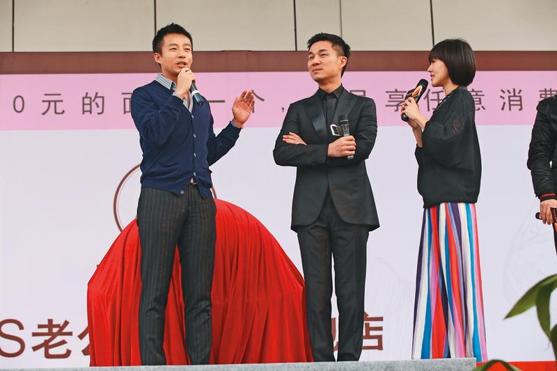 不僅大S、小S(右)一路走來爭議不斷,她們嫁的夫婿汪小菲(左起)和許雅鈞,一言一行也是頗引人注目,毫不低調。(東方IC)