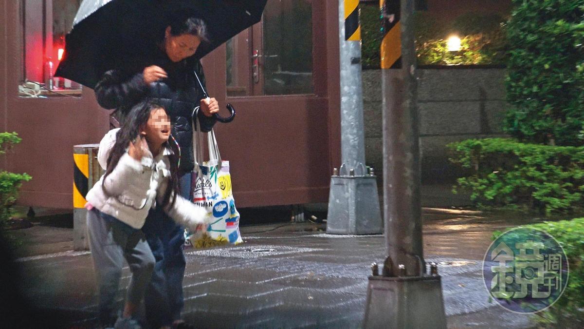 22:16 保母極力安撫在路邊大哭的大S女兒小玥兒。