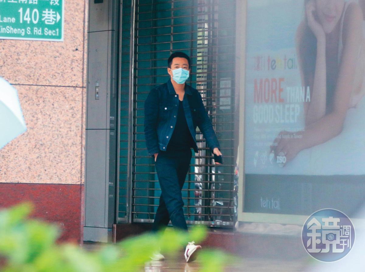 2/22 16:21 人在台北的汪小菲出門也戴著口罩,頗具防疫意識。