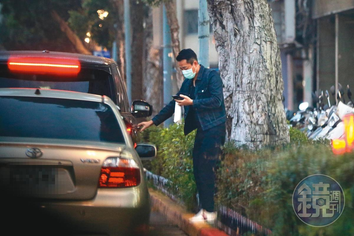 17:47 汪小菲前去拿藥,最後上車離開