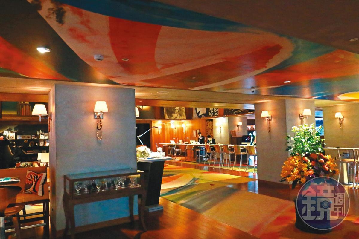 本刊選在週六走訪S Hotel,餐廳冷冷清清。