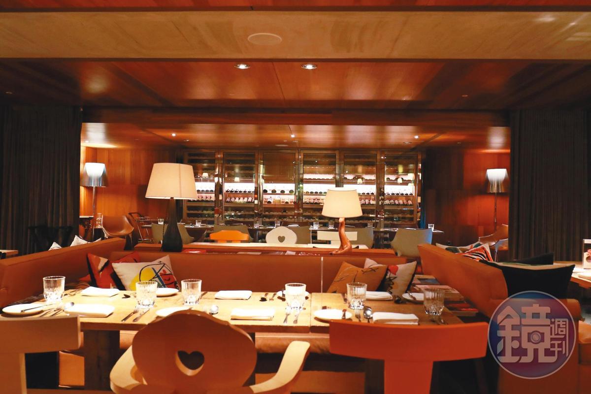 S Hotel的餐廳,服務人員比客人還多,用餐區很空曠。
