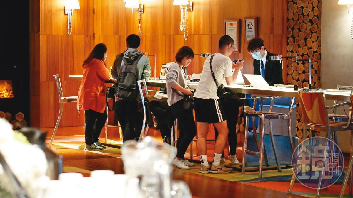 櫃檯零星有著幾組客人準備入住S Hotel,顯得有了生氣許多。