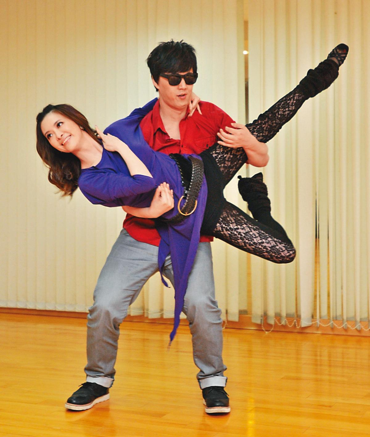 為助陣蕭煌奇的演唱會,劉真特地與他彩排雙人國標舞橋段。(東方IC)