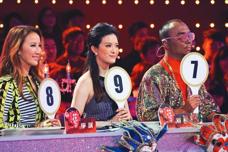 劉真(中)有段時間經常往返中國大陸,為選秀節目《與星共舞》擔任導師。左為李玟。(東方IC)