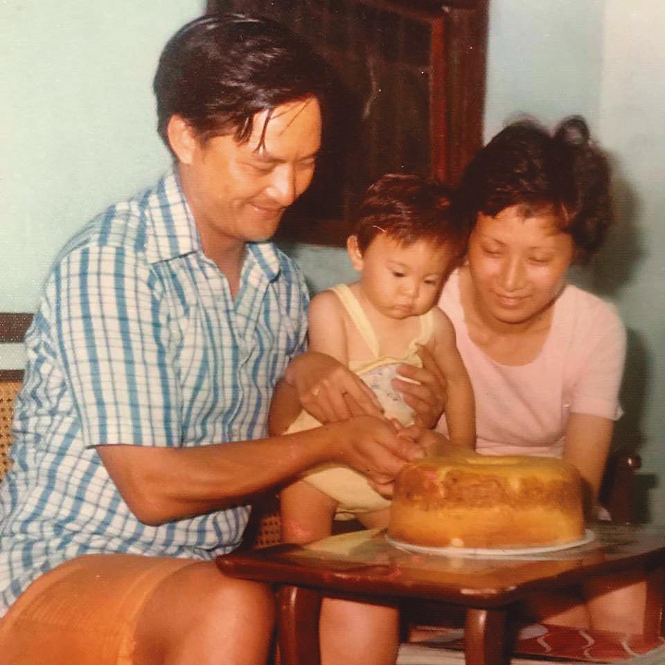 劉真一家人感情深厚,她生日時曾於臉書貼出孩提時代與父母一起切蛋糕的老照片。(翻攝自劉真臉書)