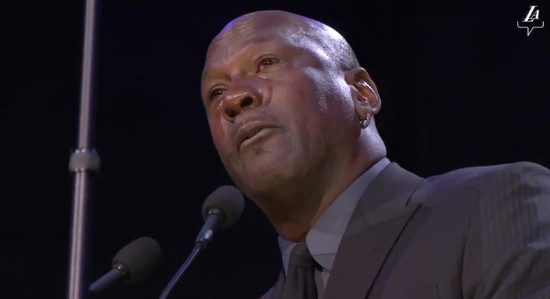 「籃球之神」喬丹在柯比布萊恩(Kobe Bryant)的追思會上真情流露,致詞過程中淚流滿面。(翻攝自Los Angeles Lakers臉書)
