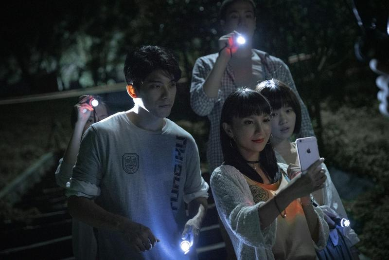 片中林哲熹等人飾演的鐵齒大學生,在鬧鬼地點舉辦試膽大會還開直播,不料惹出禍事。(傳影互動提供)