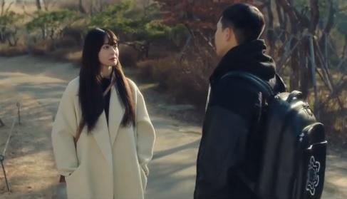 朴敘俊在劇中與初戀權娜拉在公園中談心時即背著匠心系列背包。(翻攝自網路)