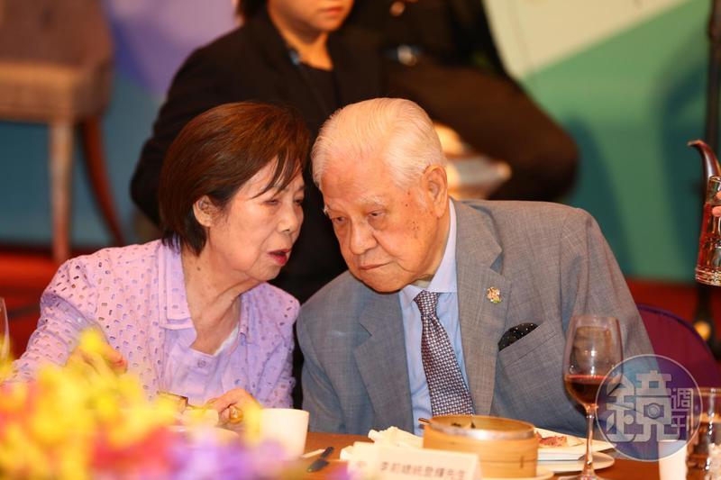 李登輝和曾文惠結婚走過71年,每次李住院動手術前,都會牽著曾文惠的手禱告。