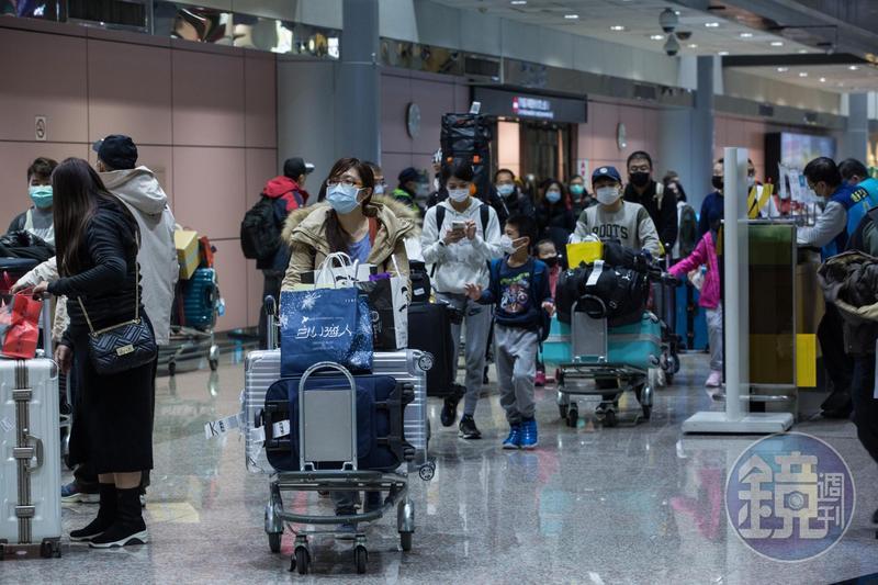 2名波蘭籍旅客於台灣轉機,口罩未存關再出境,總共沒入3446片口罩。