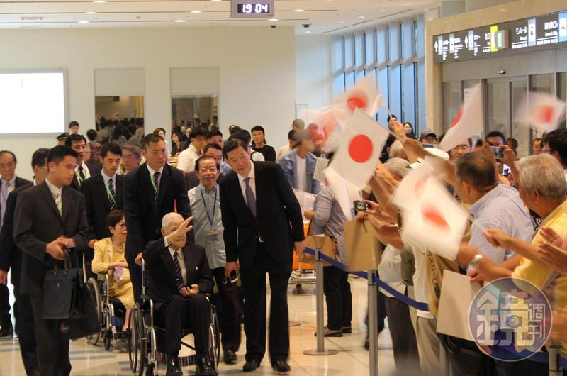 前總統李登輝晚間抵達沖繩那霸機場,接機民眾熱情歡迎。