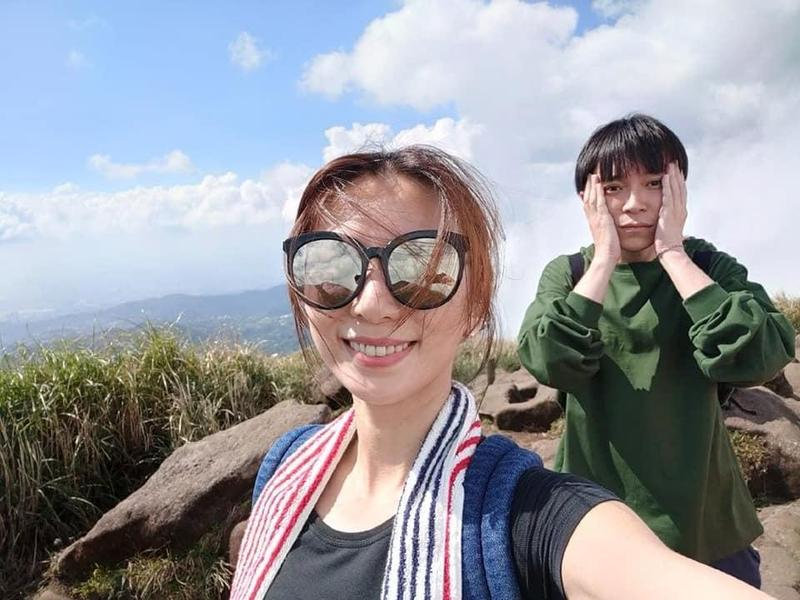 吳青峰與Hebe田馥甄相約踏青,Hebe亂髮入鏡。(翻攝自臉書)