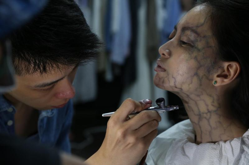 特效化妝指導儲榢逸(左)為演員詹宛儒上妝,製造鬼魂上身的恐怖效果。(傳影互動提供)