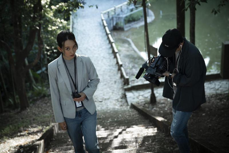 孟耿如(左)飾演前往調查撞鬼新聞的記者,一步步捲入恐怖傳說。(傳影互動提供)