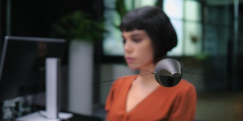 在「全知城」,每個人的身邊都有一個24小時運作的監視器,不只拍下所有舉動,也預測是否會做出犯罪行為。(Netflix提供)
