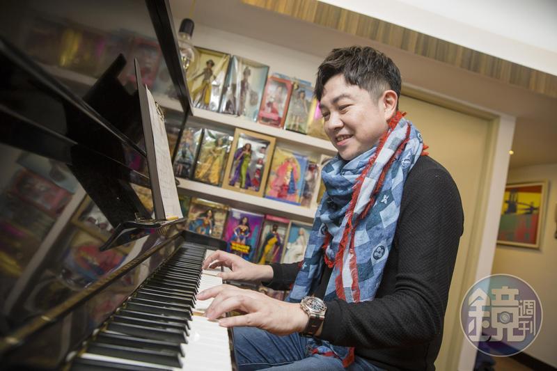 工作室就擺著一架鋼琴,補償李明川兒時無法學琴的遺憾。