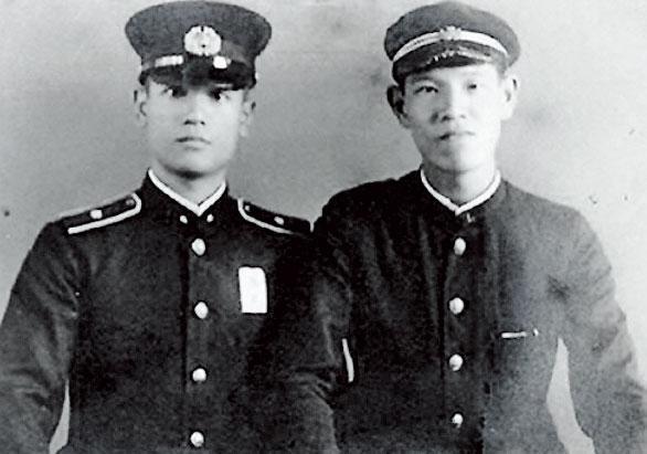 李登輝(右)與哥哥李登欽(左)在第二次世界大戰時都成為軍人,為日本而戰。(李登輝基金會提供)