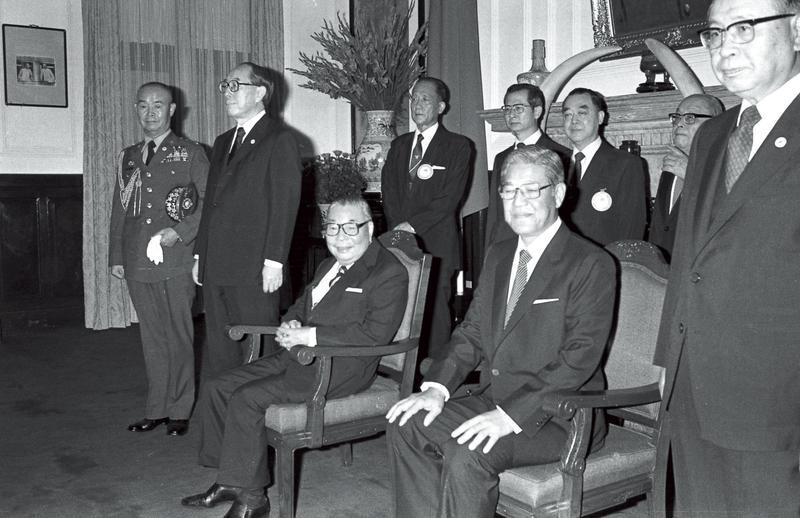 1984年李登輝獲蔣經國提名為副總統候選人,當時李在蔣面前正襟危坐,椅子從未坐滿。(中央社)